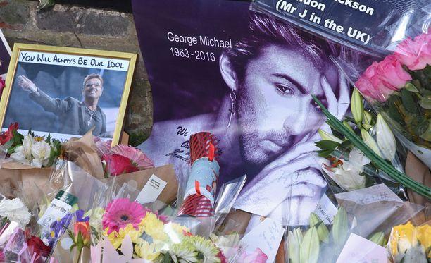 George Michaelin ihailijat muistivat laulajaa kukka-asetelmin ja kyltein.
