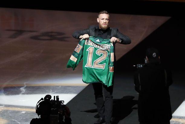 Conor McGregor juhlisti Irlannin kansallispäivää Bostonin kotiottelussa.