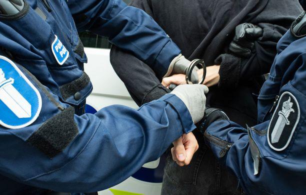 Poliisin voimakeinot lentokoneessa rajoittuvat saatettavan sitomiseen. Kuvituskuva.