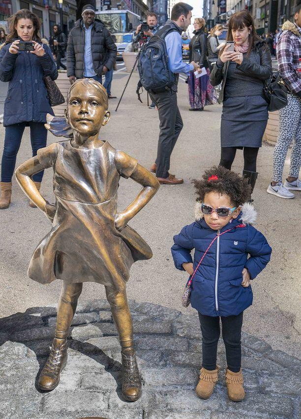 Pelottomasta tytöstä on tullut niin paikallisten kuin turistienkin keskuudessa suosittu nähtävyys.