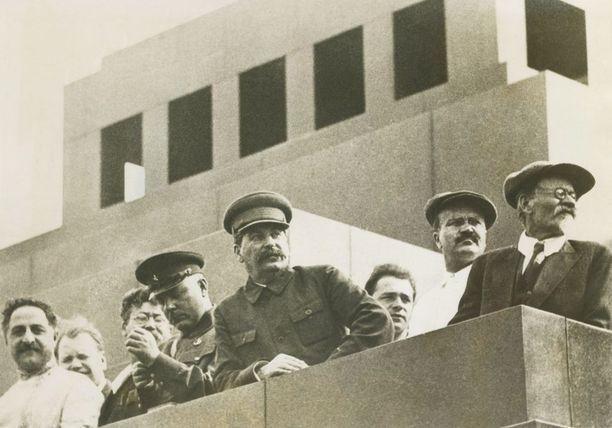 Neuvostoliiton johtoa katsomassa paraatia Punaisella torilla Moskovassa heinäkuussa 1933. Keskellä Stalin itse.
