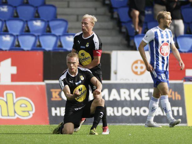 KuPS:n Ilmari Niskanen ja Ville Saxman juhlivat Niskasen 0-1-maalia. Takana HJK:n Tim Väyrynen.
