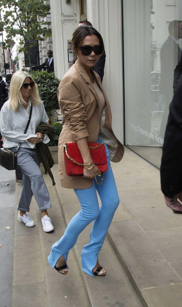 Onko sinulla jo lahkeesta halkaistut housut, jotka paljastavat kengän? Victoria Beckham suunnitteli perushousut uudestaan.