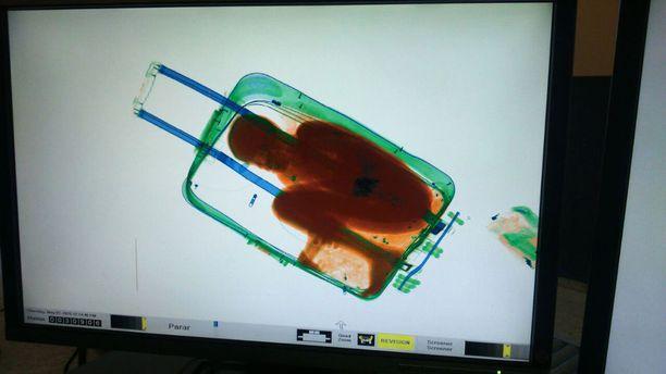 Adou Ouattara, 8, oli sullottu matkalaukkuun. Hän olisi voinut tukehtua.