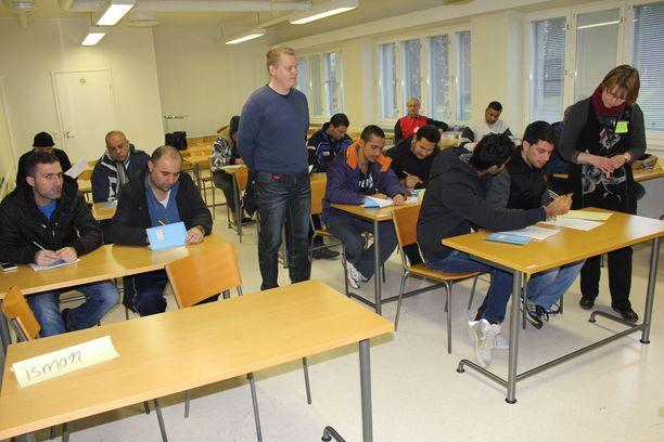 Kauhavan vastaanottokeskus opasti turvapaikanhakijoita mrraskuussa 2015.
