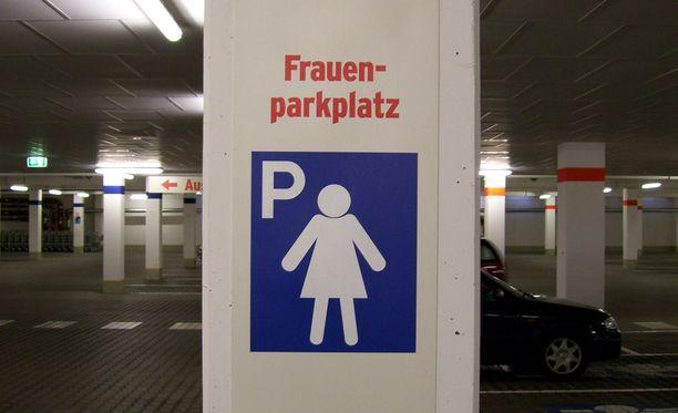 Frauenparkplatz Saksassa. Eri osavaltioissa on Saksassa erilaiset määräykset naisille suunnattujen parkkiruutujen vähimmäismäärästä.