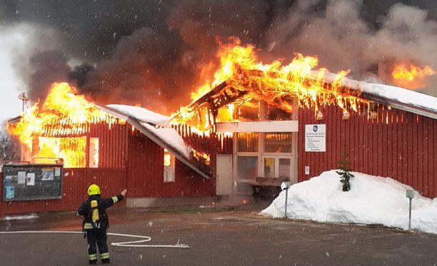 Kilpisjärven koulu paloi sunnuntain vastaisena yönä. Samalla tuhoutuivat myös terveysasema, kirjasto, kirkon alttari ja liikuntahalli.