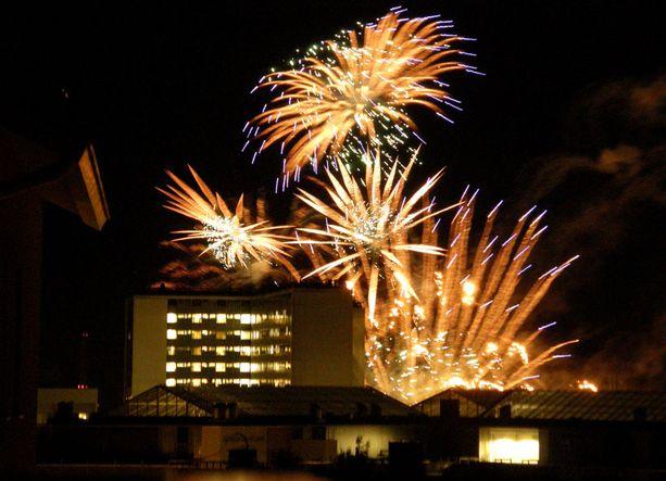 Näyttävät ilotulitukset valaisivat taivaan Meilahden yllä Helsingissä.