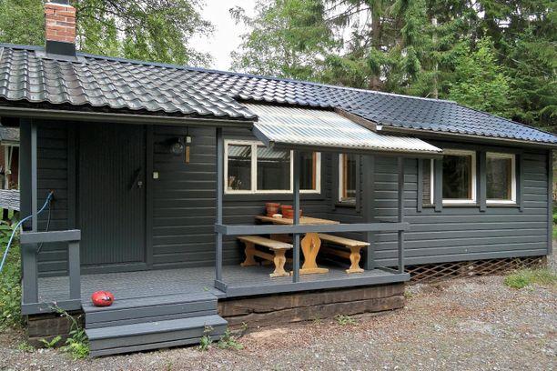 Tämä pieni, 30 neliön vapaa-ajan asunto sijaitsee kaupungin vuokratontilla Metsolassa Kokkolassa.