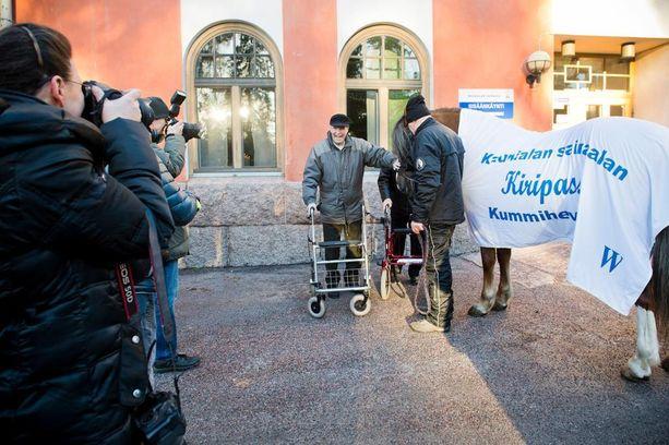 Osana Suomen juhlavuoden ohjelmaa käynnistyy Kummihevonen-kampanja, jossa ravihevoset, ratsut ja ponit ilahduttavat eri-ikäisiä suomalaisia ympäri Suomen.