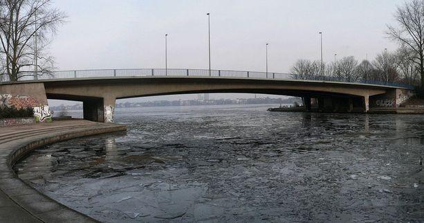 Tekijä puukotti 16-vuotiasta poikaa takaapäin Kennedy-sillalla Hampurissa lokakuussa. Pojan tyttöystävän tekijä tönäisi sillalta hyiseen veteen.