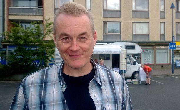 Tv-kasvo Arto Nyberg juonsi kotipaikkakunnallaan Viialassa vasenkätisten kirjailijoiden keskustelun.