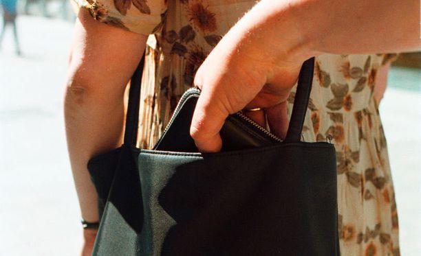 Yksittäiset ihmiset tai ryhmät pyrkivät anastamaan omaisuutta muun muassa laukuista ja taskuista ruuhkaisissa paikoissa.