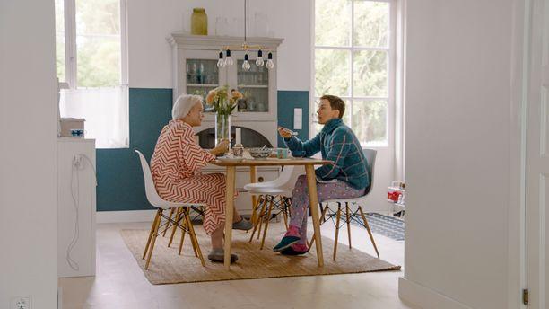 Anna Puu asuu avomiehensä ja tyttärensä kanssa Helsingissä valoisassa puutaloasunnossa.