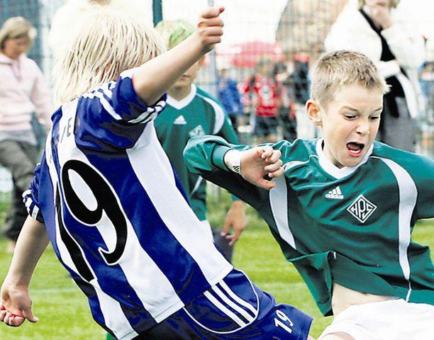 Oliver Loikkainen taisteli pallosta vihreäpaitaisen HPS-pelaajan kanssa.