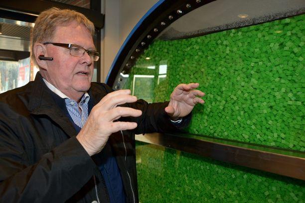 Heikki Salmela esittelee biologien kehittämää vedenpuhdistusratkaisua, joka on hänen mukaansa omalla alallaan maailman edistyksellisin.