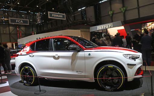 Alfa Romeo yllätti autonäyttelyssä: Ensin esiteltiin Kimi Räikkösen ajotaitoja ja sitten täysin uusi automalli
