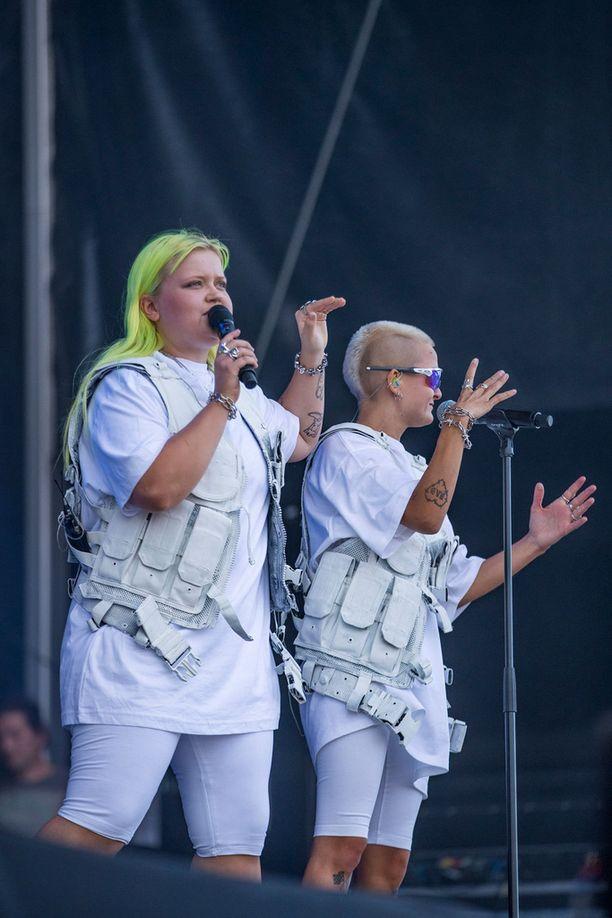 Alma ja Anna olivat pukeutuneet valkoiseen.