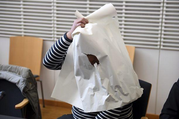 Talousrikoksista epäilty mies peitti ylävartalonsa paperivirityksellä vangitsemista koskevassa oikeudenkäynnissä.