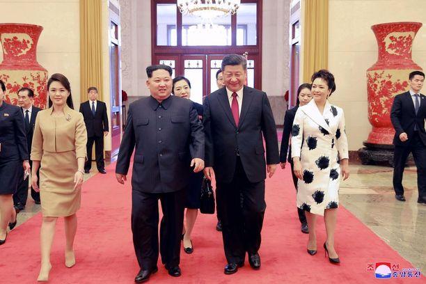 Kim Jong-un otti vaimonsa Ri Sol-jun (vas.) mukaan maaliskuussa vierailulleen Kiinaan. Rinnalla Kiinan presidentti Xi Jinping ja tämän vaimo Peng Liyuan.