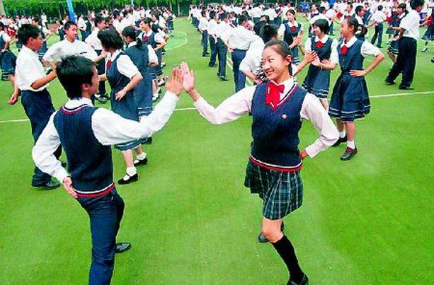 AASIAN TANHUT Näin rivakasti jaksoivat kiinalaisnuoret tanssia maan opetusministeriön järjestämässä tervehenkisessä tilaisuudessa Pekingissä. Eräät ryppyotsaiset viranomaiset ovat tosin huolissaan siitä, että moinen toiminta voi johtaa pahimmillaan jopa rakastumiseen.