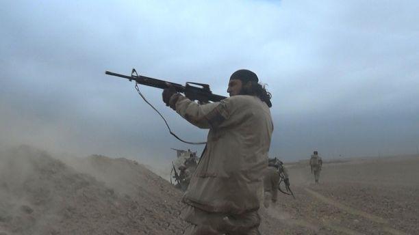 Isis-terroristi osallistuu taisteluun järjestön kuvaamalla ja julkaisemalla propagandavideolla.