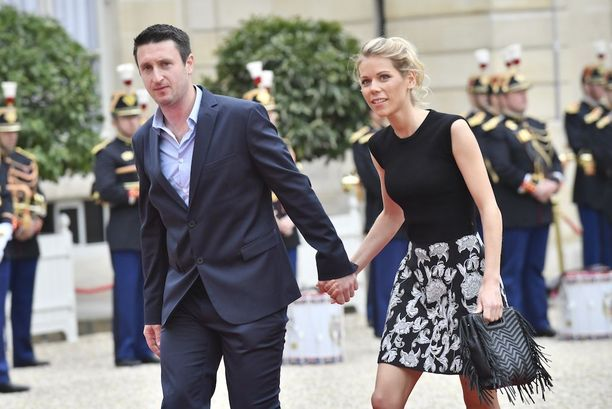 Tiphaine Auziere miehensä kanssa saapumassa Elysee-palatsiin.