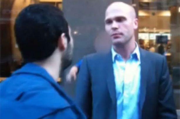 Kansanedustaja Erik Almqvist nimitteli rauhallisesti käyttäytynyttä koomikkoa mutakuonoksi.