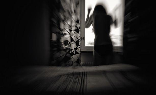 Tutkimusryhmään osallistuminen helpotti väkivaltakäyttäytymiseen liittyvää häpeää, kun naiset tapasivat samoihin asioihin syyllistyneitä henkilöitä.