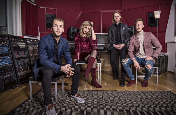 Hulluuden Highway levyä äänitettiin Berliinin Hansastudiolla ja Helsingin Inkfish-studiolla. Inkfish-studiolla kuvassa vasemmalta Jukka Soldan, Elli Haloo, Leo Hakanen ja Jere Marttila.