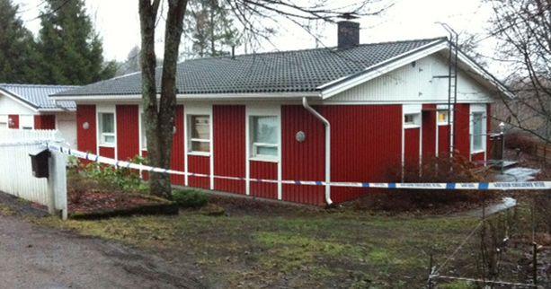 Poliisit tutkivat Raijan kotitaloa, jossa hänen entinen puolisonsa edelleen asuu.
