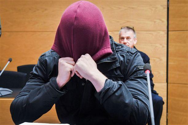Syytetty kiisti valmisteensa väkivaltaista ryöstöä. Viesteissä puhetta ei ollut tappamisesta.