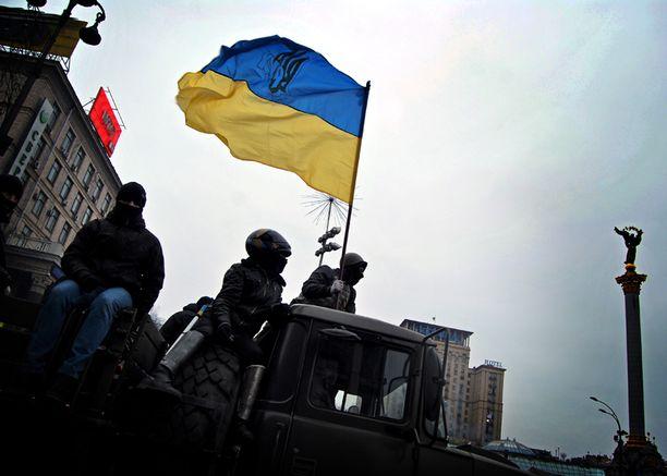 Joukko mielenosoittajia ajoi poliisilta anastamallaan kuorma-autolla Itsenäisyydenaukion voitonjuhliin Ukrainan lippu liehuen.