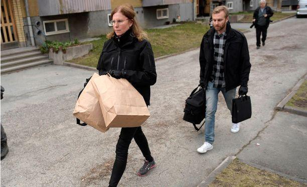 Poliisin tekninen tutkimusryhmä tutki asuntoa terrori-iskuun liittyen Varbergissa Tukholmassa lauantaina.