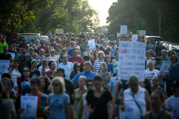 Sadat ihmiset osallistuivat Peace and Justice March for Justine -tapahtumaan Minneapolisissa viikko sitten.