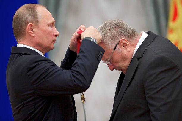 """Presidentti Putin antoi Zhirinovskille syyskuun 22. päivänä mitalin """"meriiteistä isänmaata kohtaan""""."""