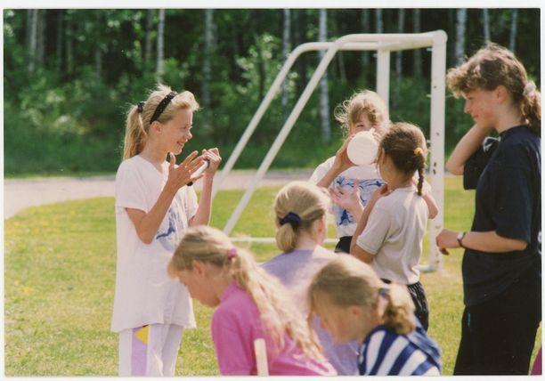 Jenni harrasti nuoruudessaan yleisurheilua. Tässä Jenni oikealla 16-vuotiaana.
