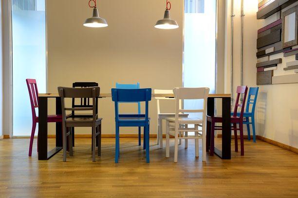 Värikkäät ruokapöytätuolit tekevät huoneeseen lystikkään tunnelman. Vanha tuoli näyttää ihan erilaiselta tuunattuna.