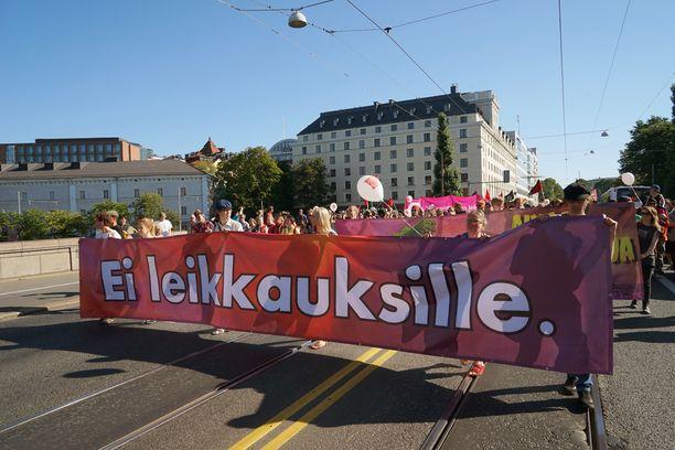Hallituksen leikkauspolitiikkaa vastustettiin mielenosoituksella jo 22.8. Ensi perjantaina järjestöt uhkaavat pysäyttää suomen jättimielenilmauksella.