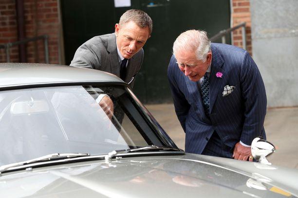Prinssi Charles vieraili Pinewoodin Studiolla vain päivää ennen salakuvauksen paljastumista. Prinssi tapasi muun muassa näyttelijä Daniel Craigin.