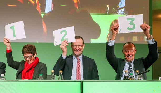 Annegret Kramp-Karrenbauer, Jens Spahn ja Friedrich Merz kisaavat CDU:n johdosta.