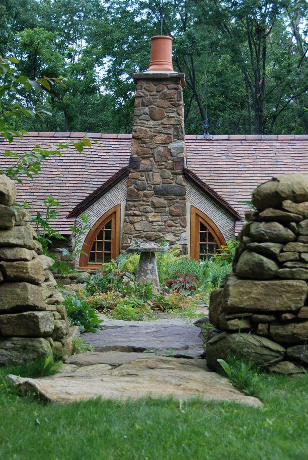 Yhdysvaltalaisten isovanhempien rakennuttama hobittikartanoa ulkoa. Talo rakennettiin perinnöksi heidän jälkeläisilleen.