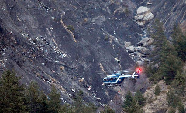 Helikopteri lensi turmapaikan yllä Ranskan Alpeilla. Lennolla oli 144 matkustajaa ja kuusi miehistön jäsentä.