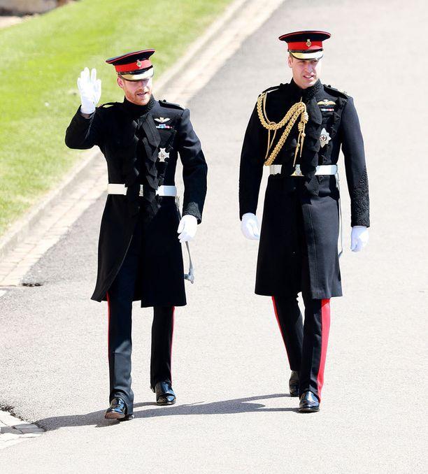 Prinssi Harry saapui kirkkoon vierellään best man prinssi William.