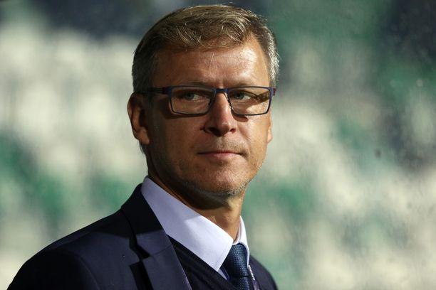 Päävalmentaja Markku Kanerva johtaa Huuhkajat Ruotsin kaatoon.