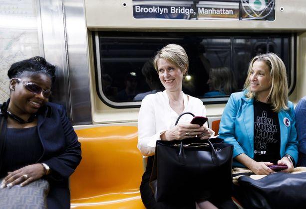 Cynthia Nixon (kesk.) matkusti torstaina äänestyspaikalle metrolla.