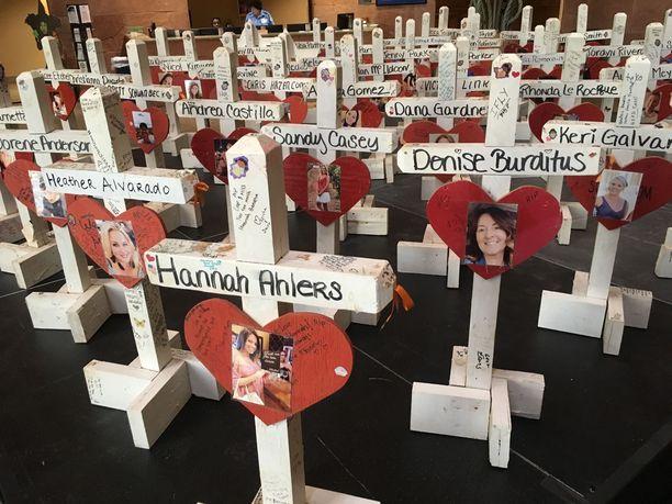 Las Vegasin joukkosurman uhrien muistoristit ja valokuvat ovat esillä kaupungin virastotalolla vielä tämän viikon ajan.