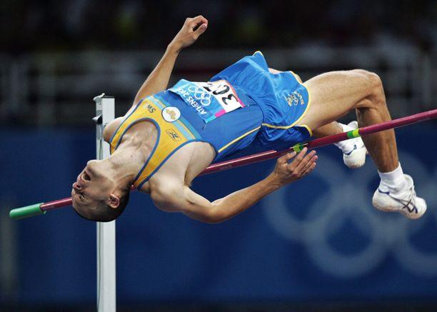 Stefan Holm juhli olympiavoittoa Ateenassa 2004.