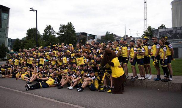 Pyöräilijät kokoontuivat yhteiskuvaan Kansalaistorilla.