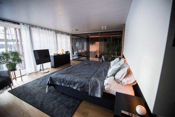 Makuuhuoneen sängystä näkee suoraan ulos.